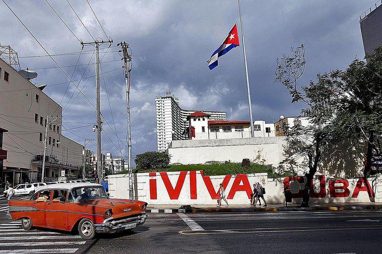 Bandera cubana sobrevolando La Habana