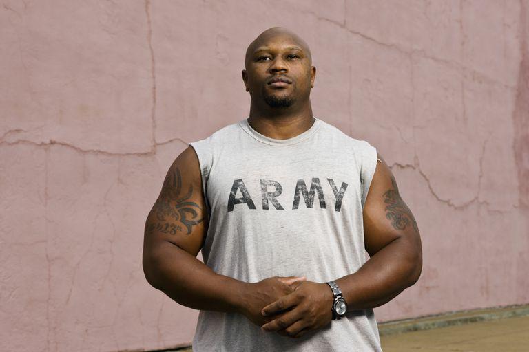 Varón de los Estados Unidos con T-shirt del Army