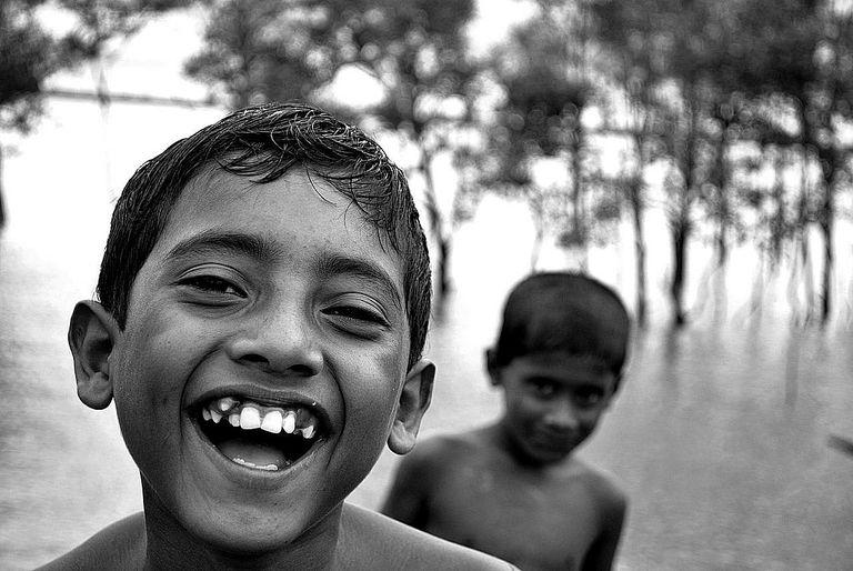 Un chico ríe