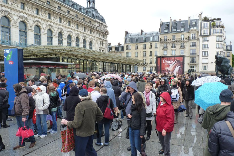 To avoid pickpocketing in Paris, remain aware when in a large crowd.