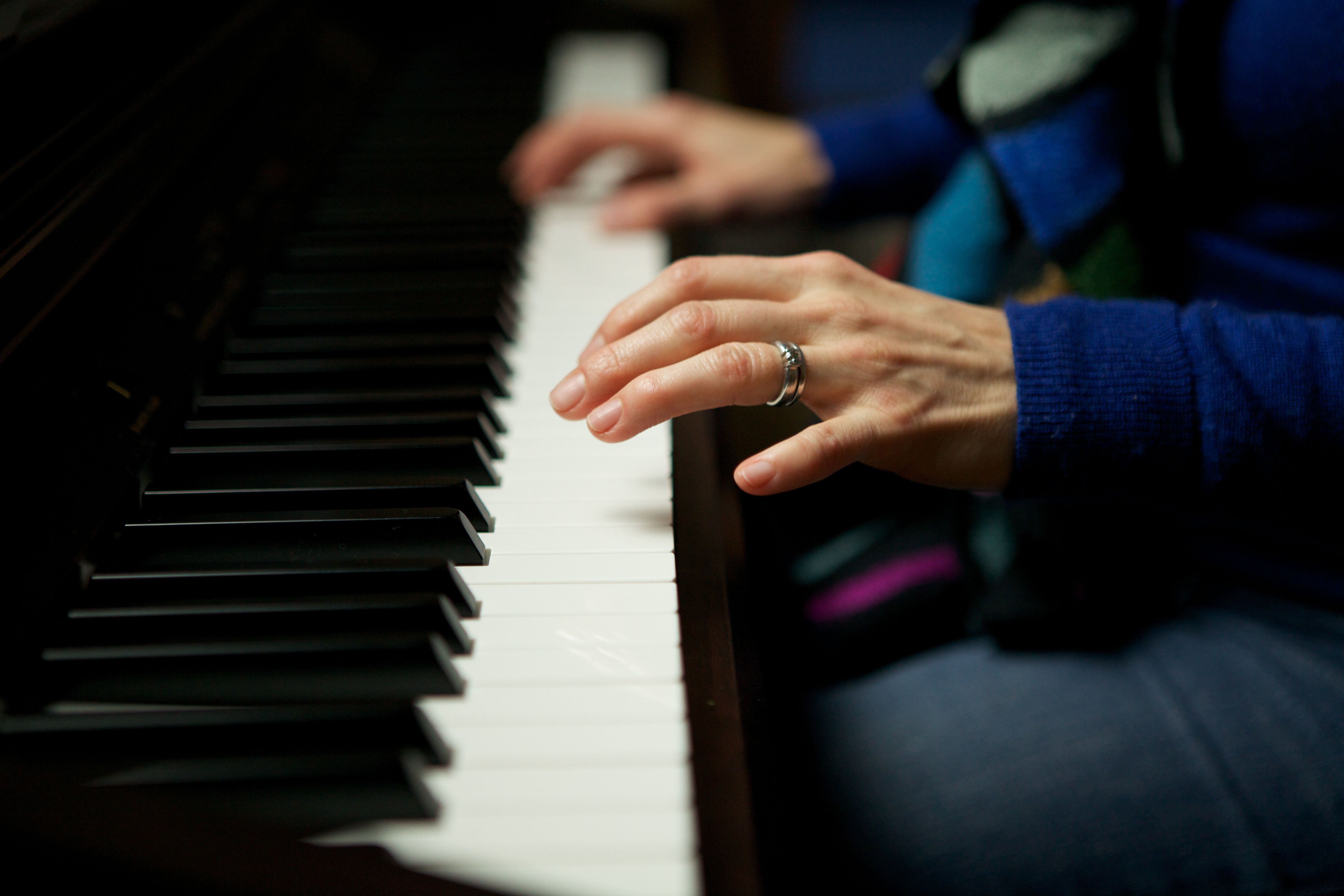 Piano scale chord fingering for the left hand woman playing piano hexwebz Image collections