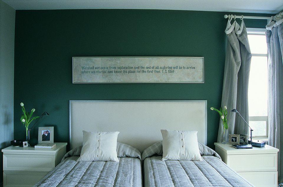 5 tricks and tips for brightening a dark bedroom for Dark bedroom walls