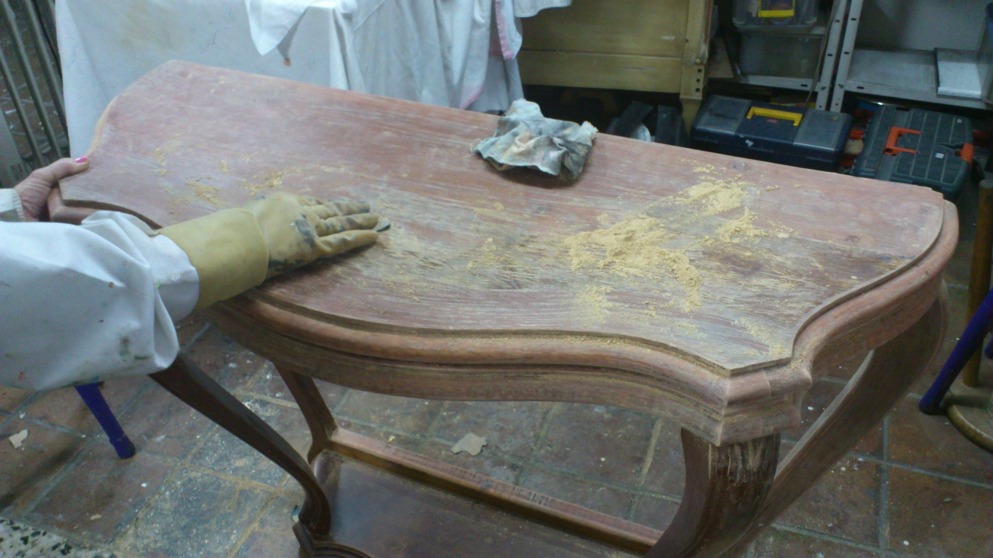 C mo decapar un mueble de madera m todos y pasos for Como limpiar un mueble barnizado