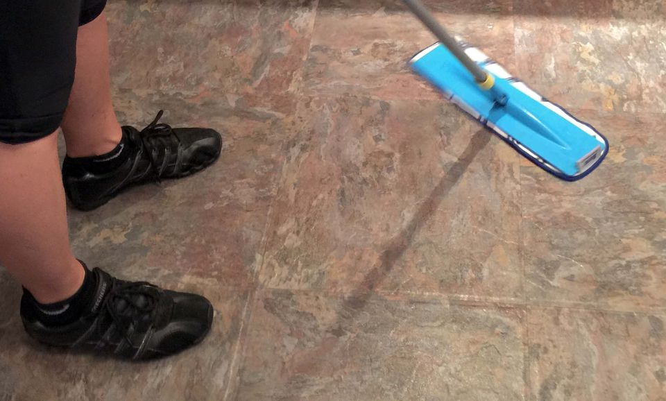 cleanig a vinyl floor