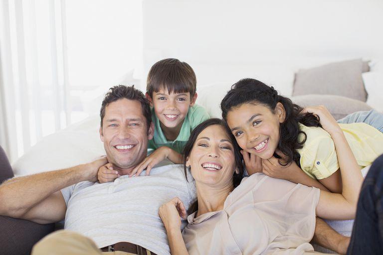 Familia en sofá. la familia es importante