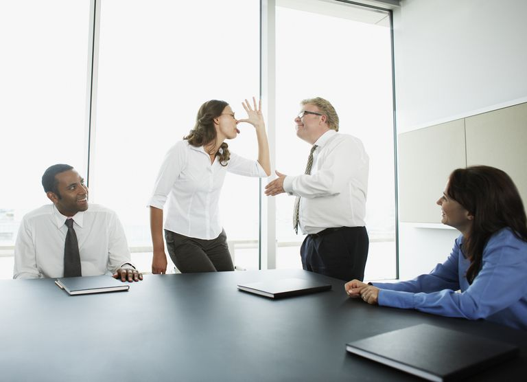 Empresaria haciendo cara al jefe en la sala de conferencias