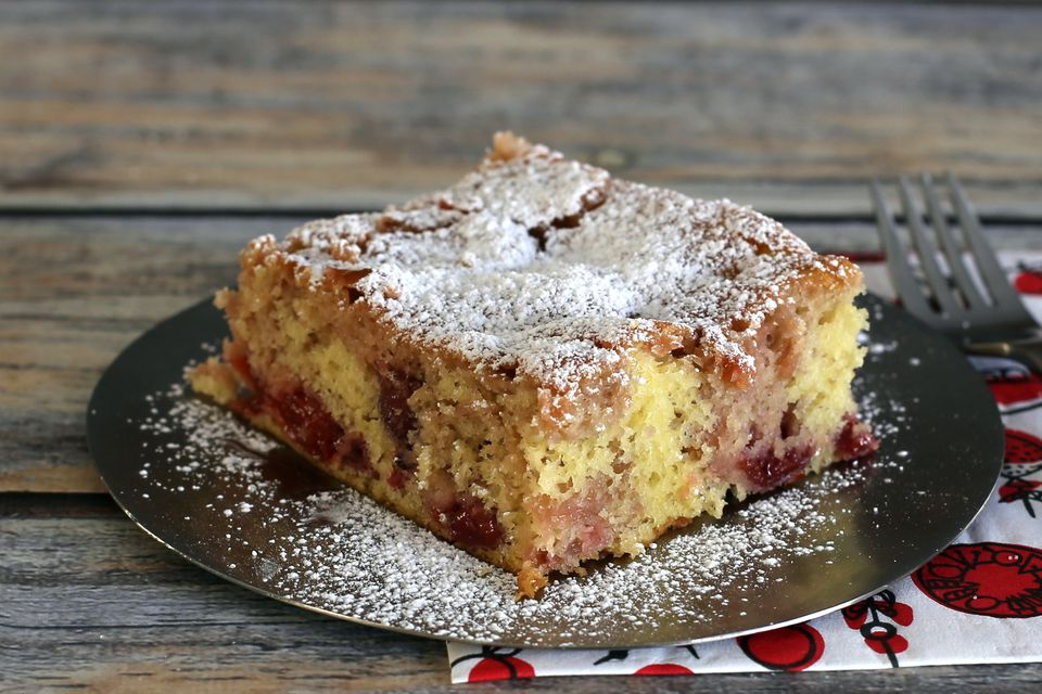 easy cherry cake with cake mix and cherry pie filling
