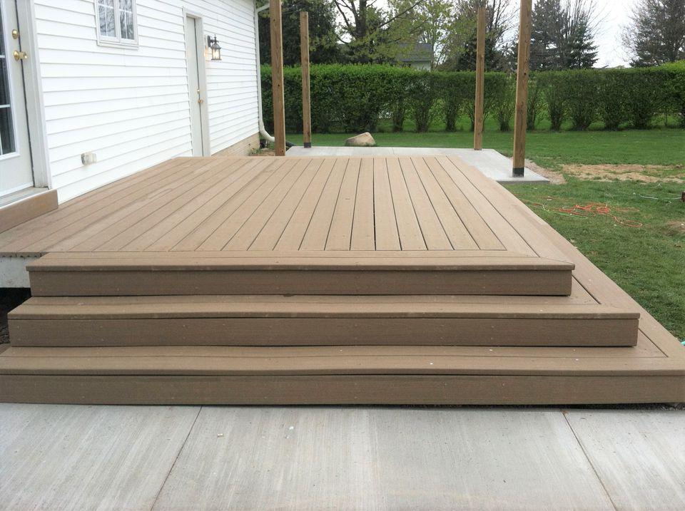 10 beautiful diy backyard decks do it yourself step side backyard deck solutioingenieria Gallery