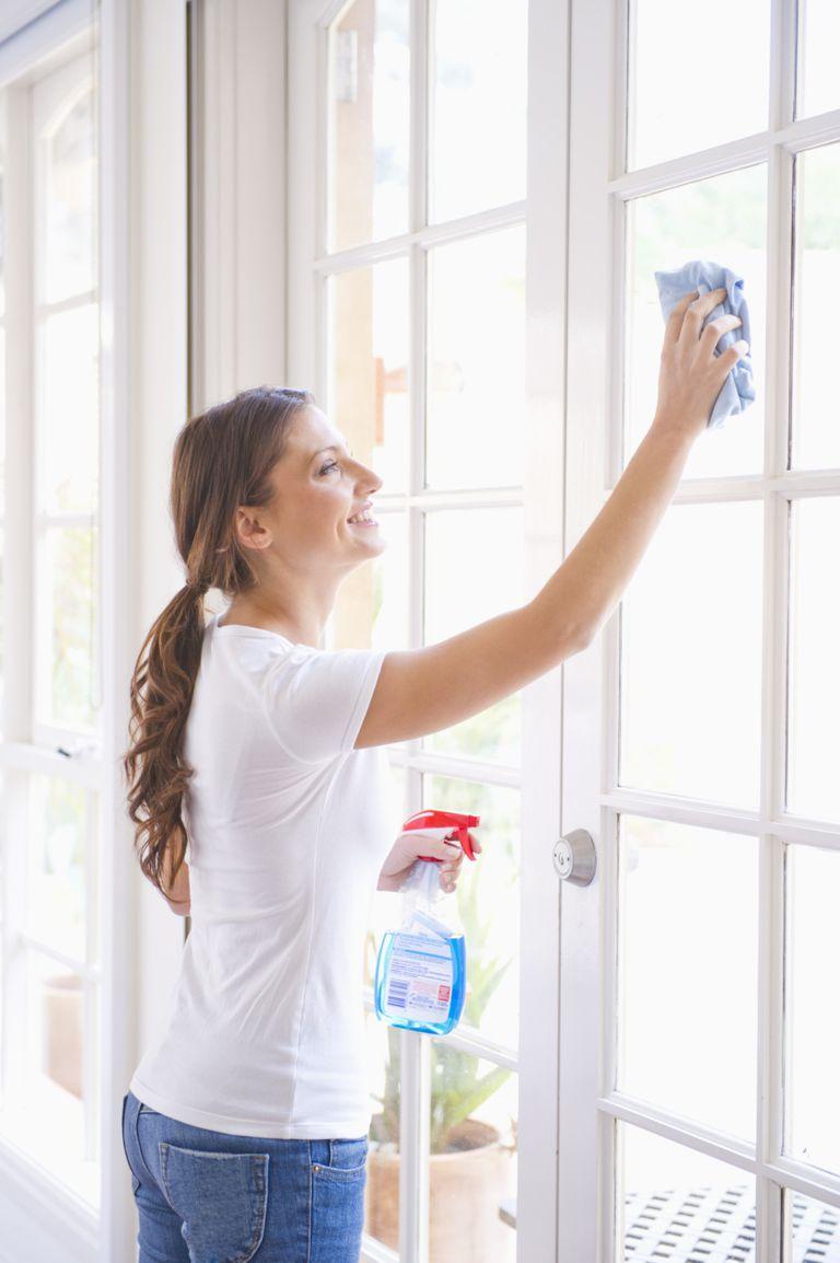 Mujer limpiando ventanas