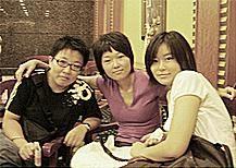 Tres amigas asiáticas alrededor de una mesa