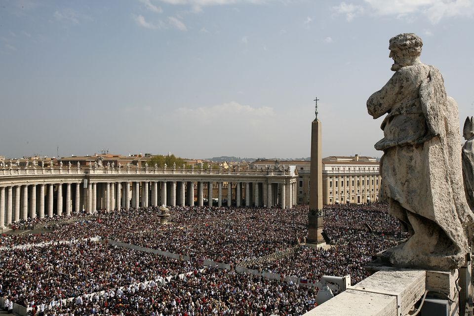 Crowd Fills Piazza San Pietro for Easter Mass