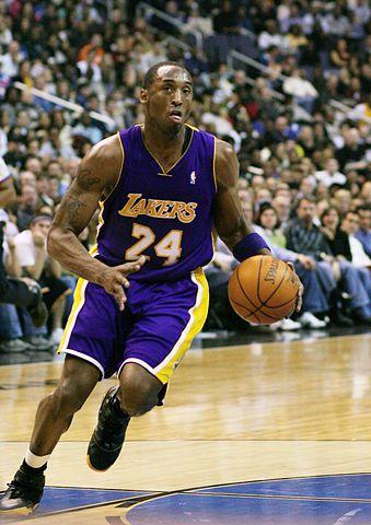 Kobe Bryant, jugador de Los Angeles Lakers, controlando un balón.