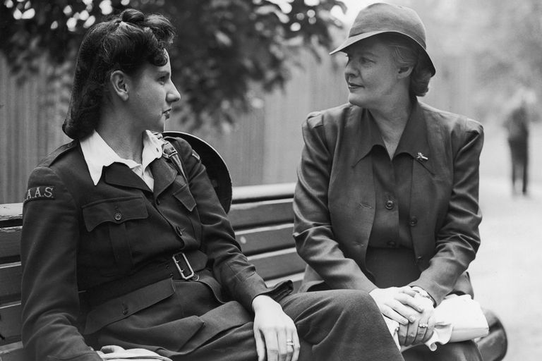 Dorothy Thompson (right) chatting with ambulance driver in London, 1941