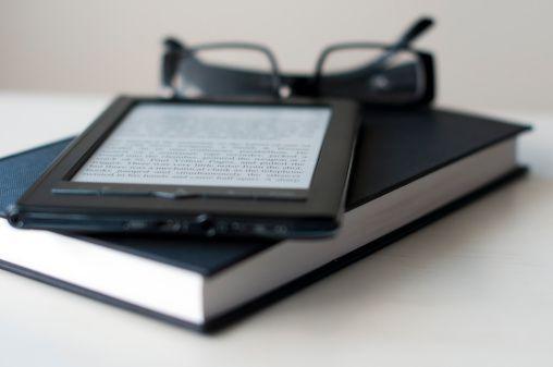 Libro electrónico sobre libros y gafas