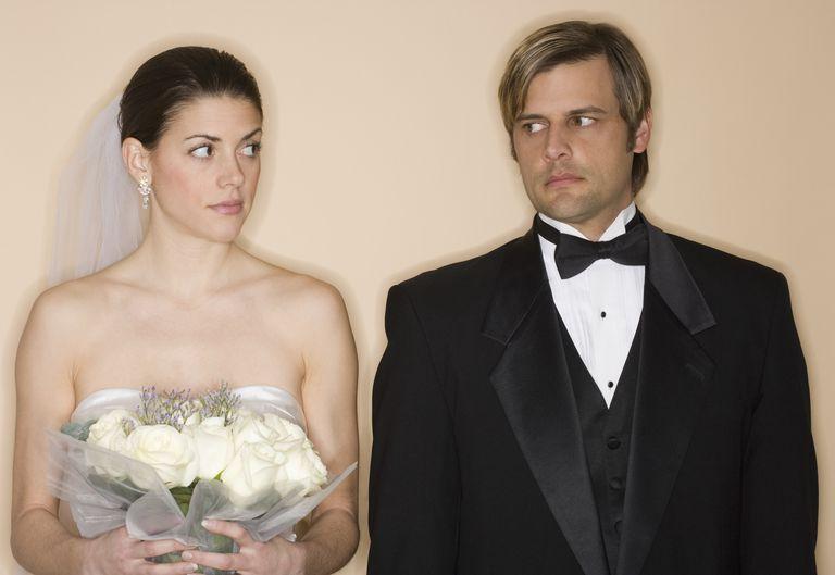 Posponer, cancelar, o seguir con la boda puede ser una decisión estresante para la pareja.