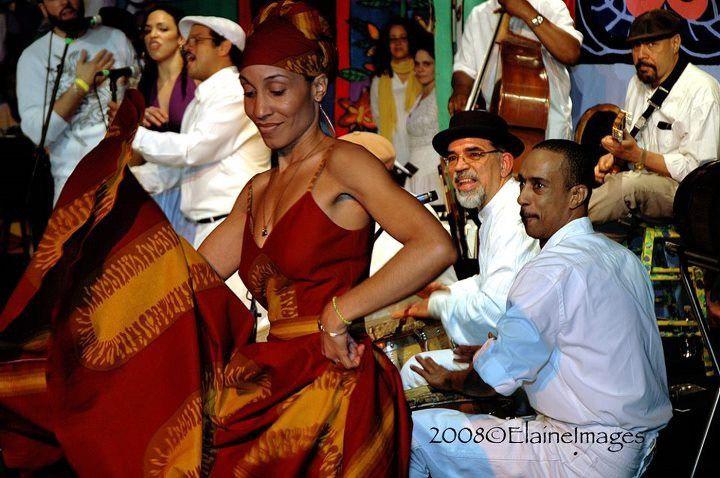 Norka Nadal Hernández baila bomba con Los Pleneros de la 21. Foto © Elaine Eversley