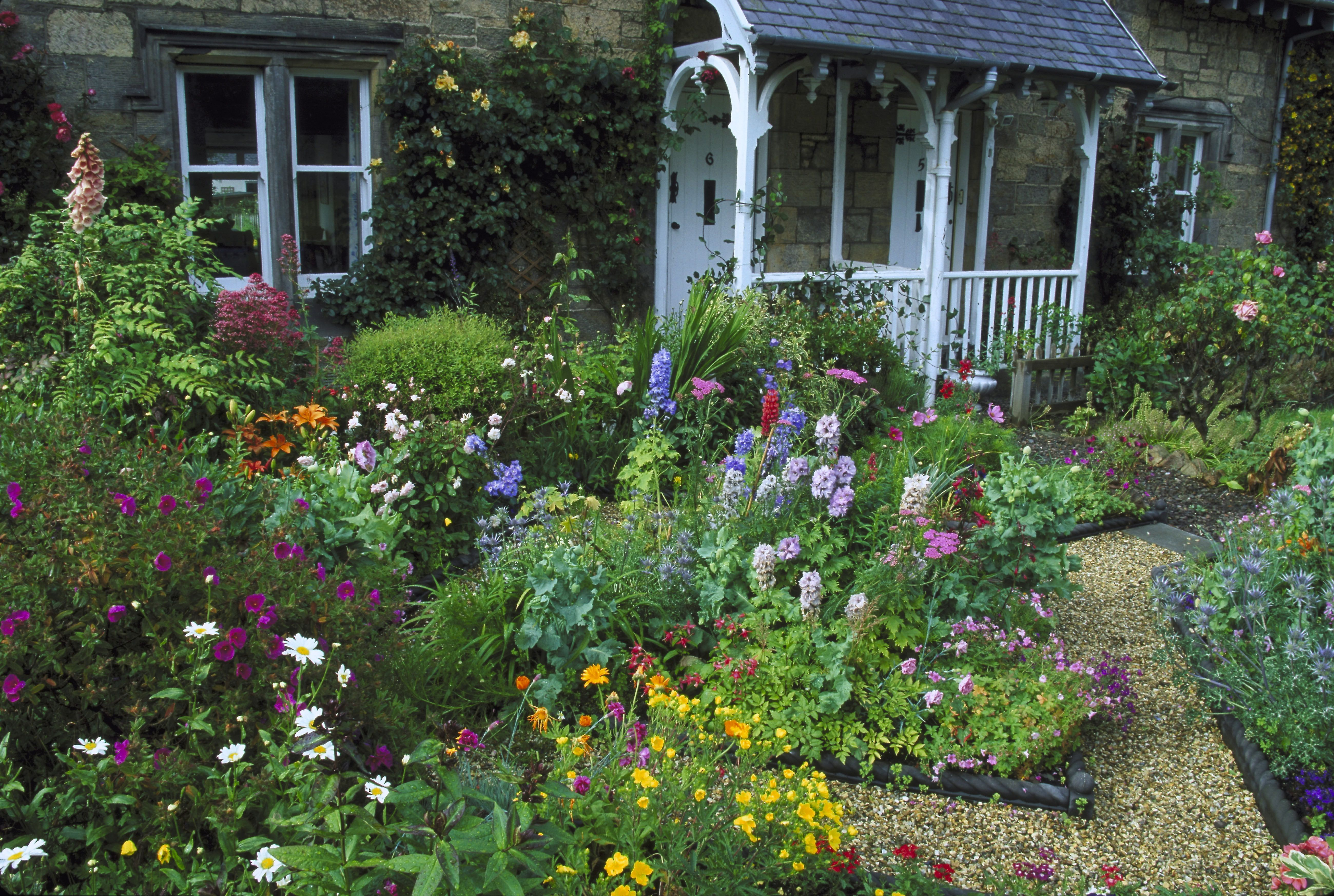 Front yard flower gardens - Flower Beds To Inspire Your Front Yard