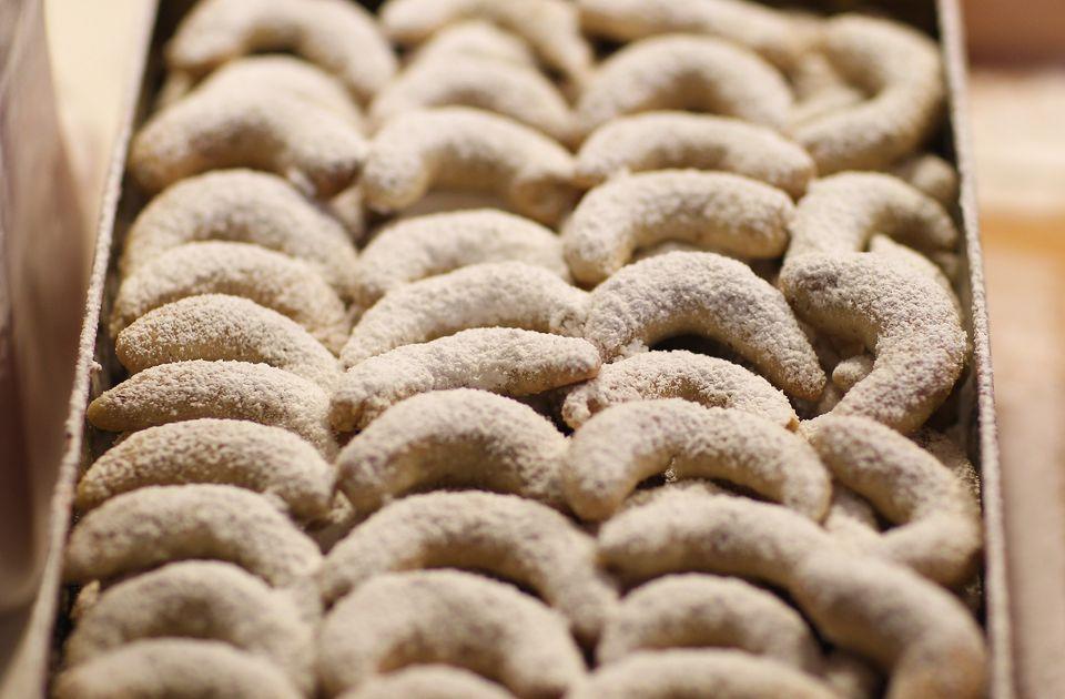 Crescent shortbread cookies