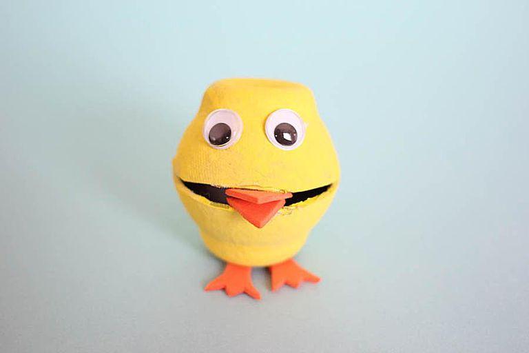 Manualidad de pollito con cartón de huevos