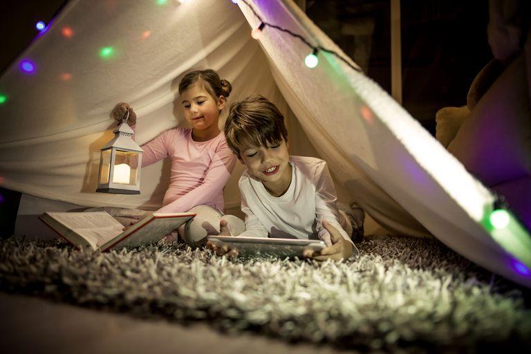 niños acampantando en el living
