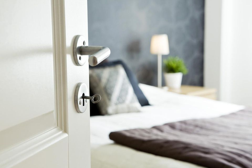 Feng shui tips for a bed close to the bedroom door for Feng shui bedroom door facing bathroom door