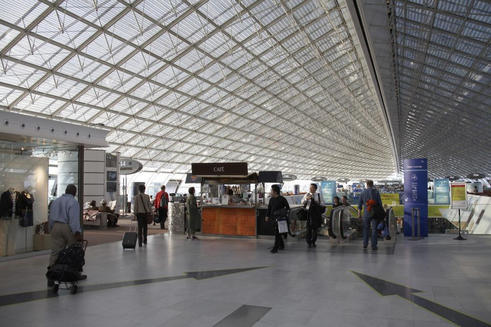 Passengers iat Charles De Gaulle Airport, Paris