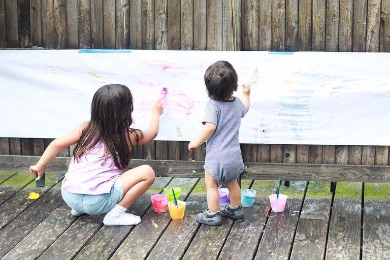 Niños pintando, actividad de hermanos