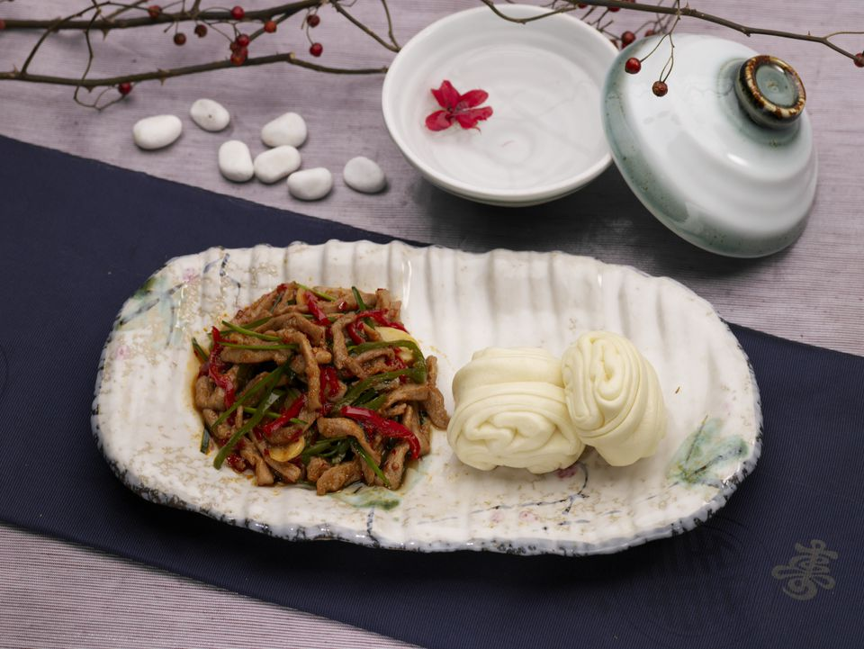 tableclothe, flower bun, decoration, food styling, chinese flower roll, stir-fry green pepper and pork