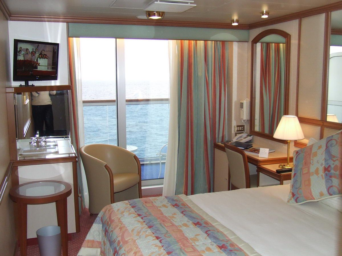 Ruby princess cruise ship cabins and suites for Cruise balcony vs suite