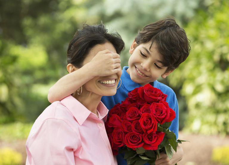 Niño sorprendiendo a su mamá en el día de la madre