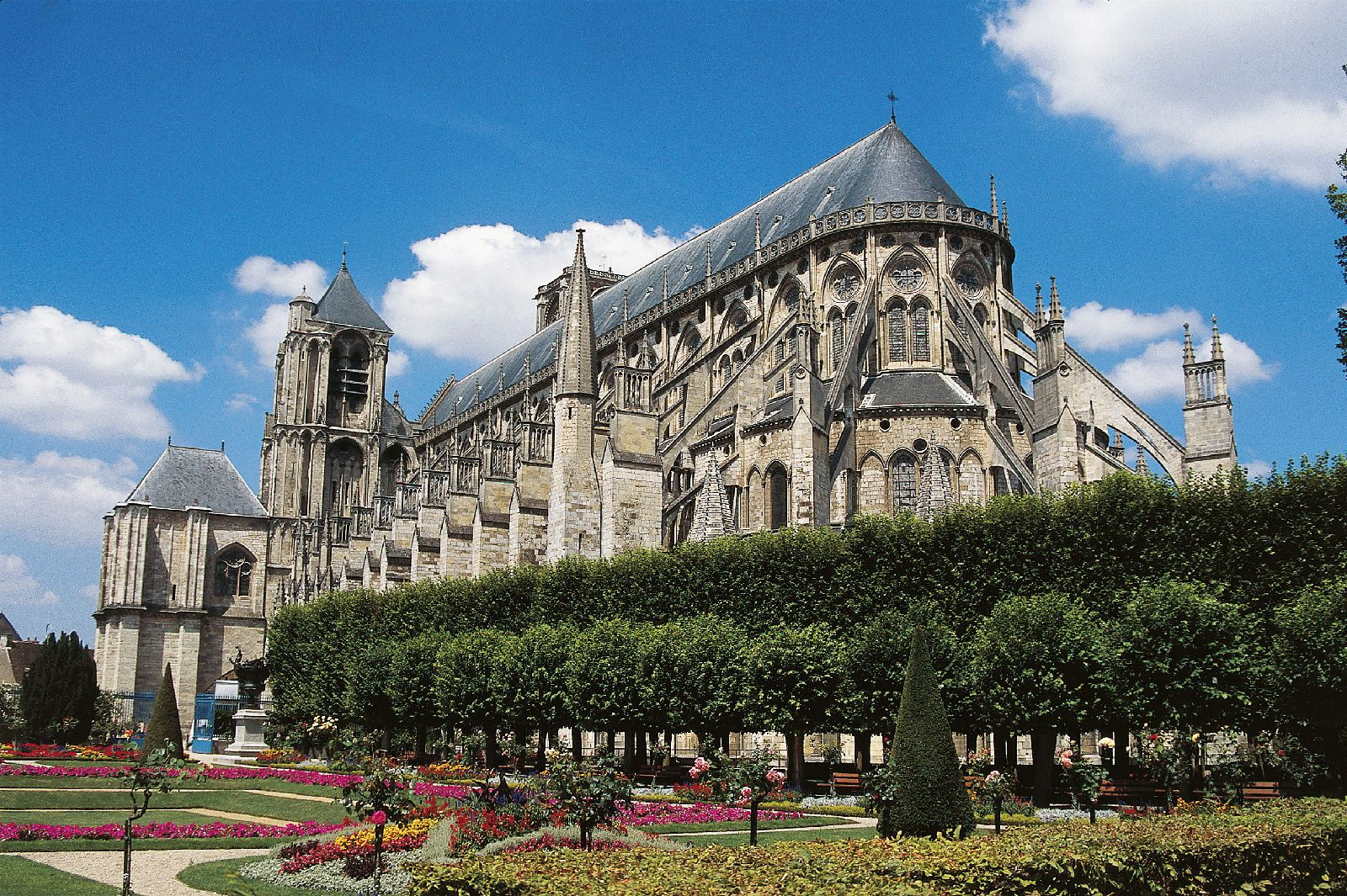 Guide to the cathedral city of bourges and its attractions for Bourges appart hotel