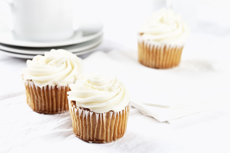 carrot cupecakes with vanilla icing