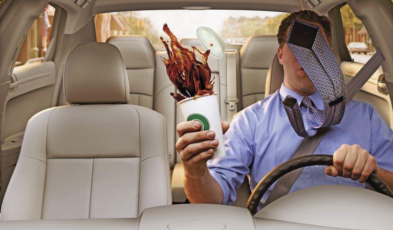 Hombre en auto con café derramado