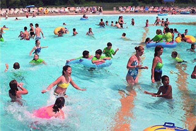 Wave pool at Aquaboggan in Maine