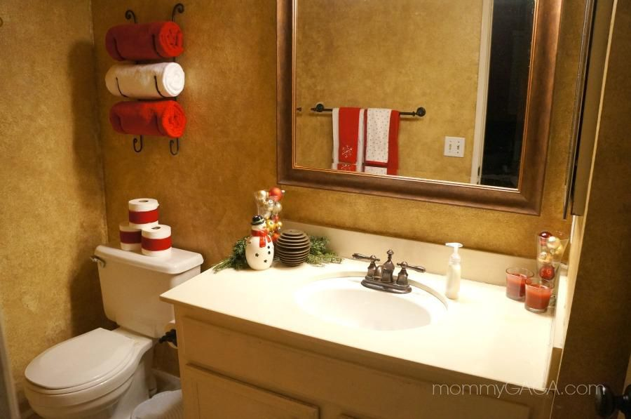 Easy Bathroom Decorating Ideas: Cheerful Christmas-Themed Bathroom Decor Ideas