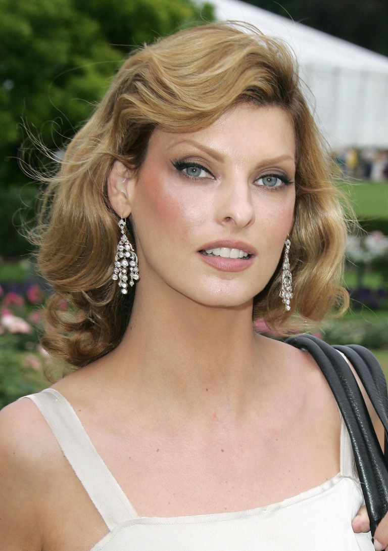 linda evangelista hairstyles her hair over the years. Black Bedroom Furniture Sets. Home Design Ideas