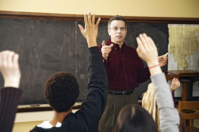 Estudiantes con las manos en el aula