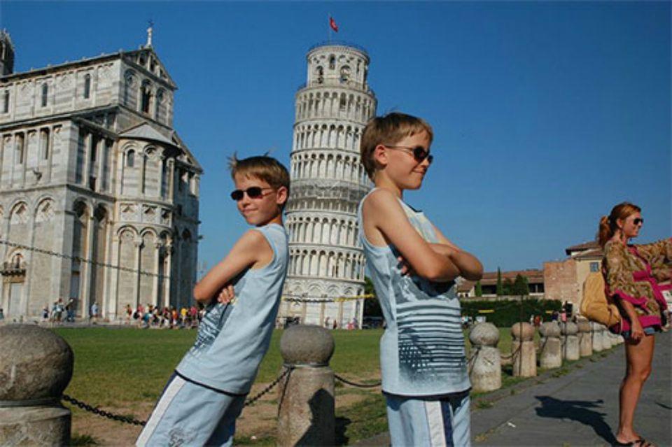 PhotoFun_ForcedPerspective_Pisa.jpg