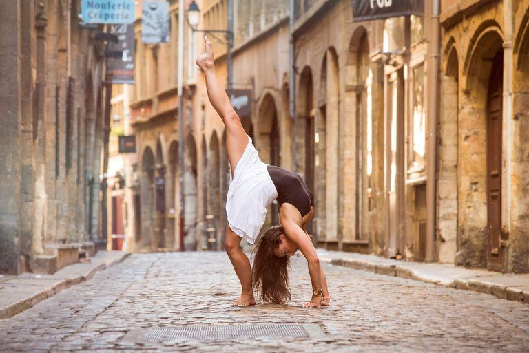 Bailarín de ballet bailando en Lyon, Francia