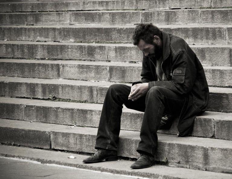 无家可归的人坐在基辅,乌克兰的台阶上