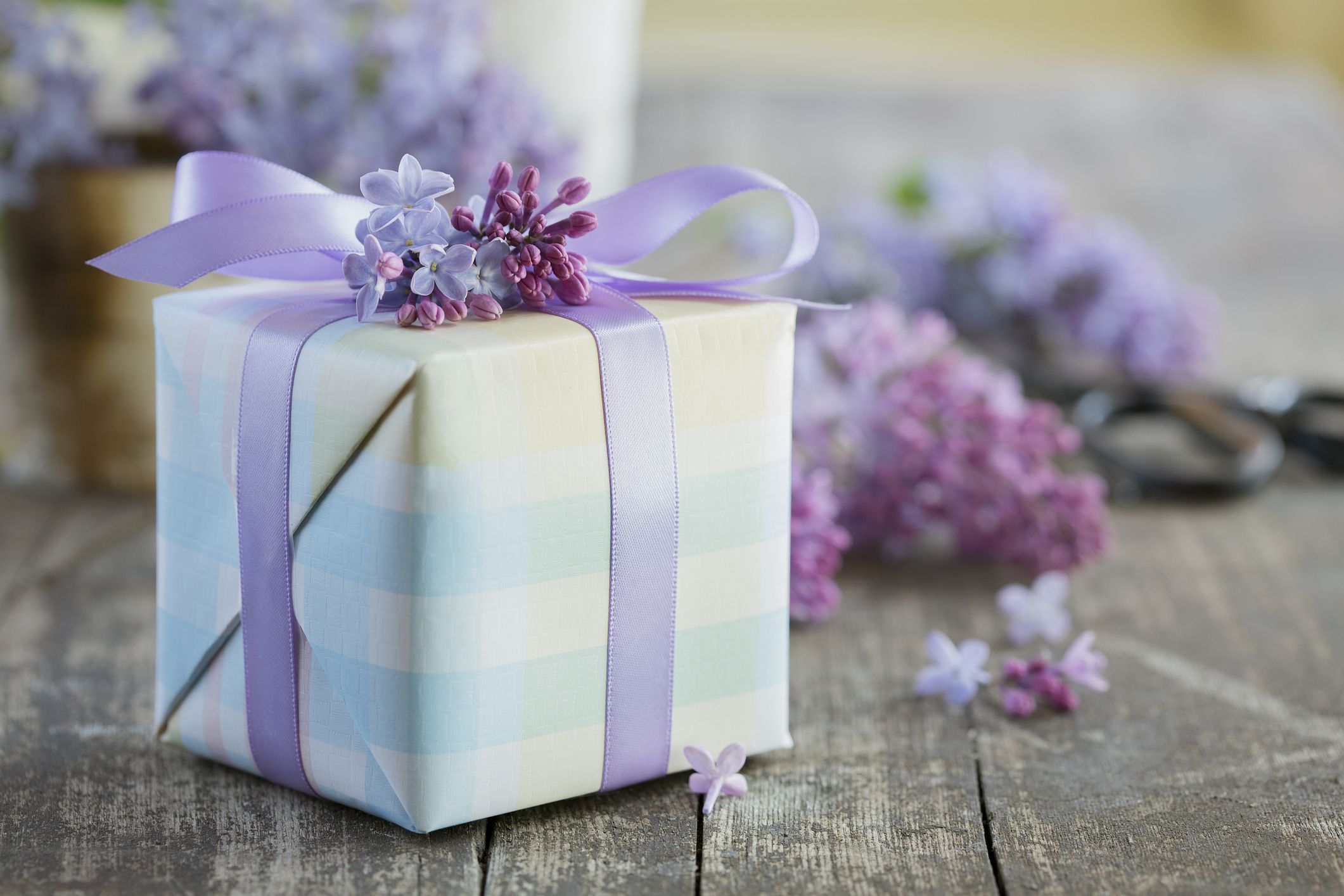 Guide How Much to Spend on a Wedding Gift