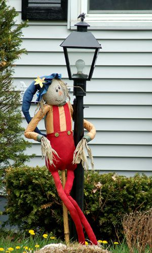 Scarecrow picture: Burlap is an alternative to cloth for fabric scarecrow faces.
