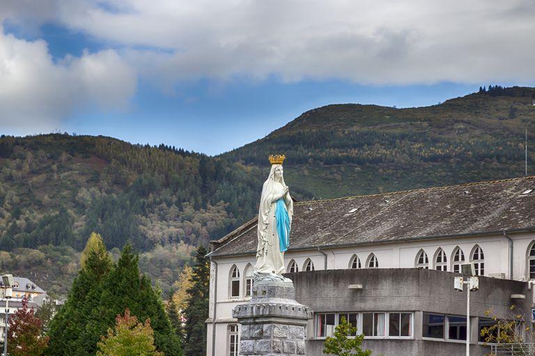 la Virgen de Lourdes
