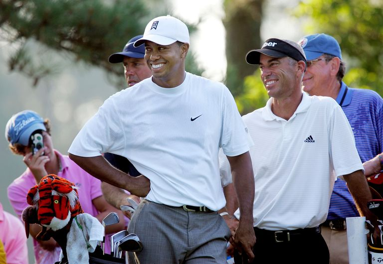 Tiger Woods next to Corey Pavin at the 2005 US Open