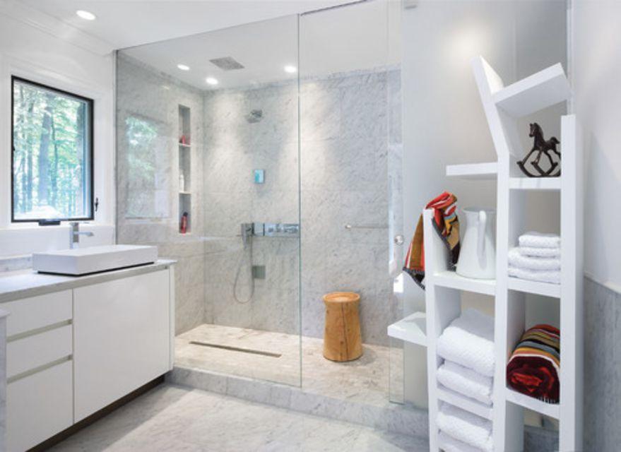 16 Gorgeous White Marble Bathrooms