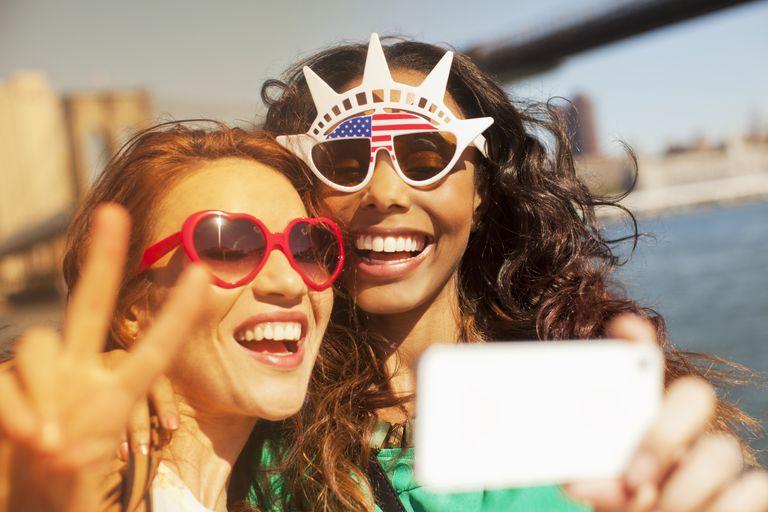 Dos turistas sacando un selfie.