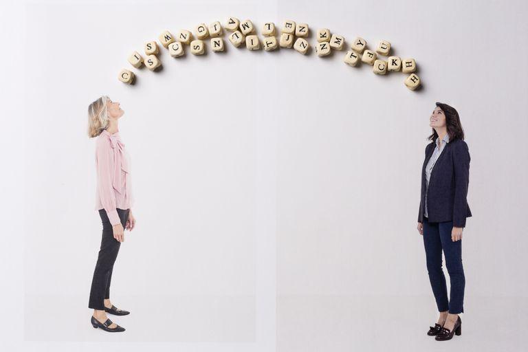 Dos mujeres hablando sobre mayúsculas