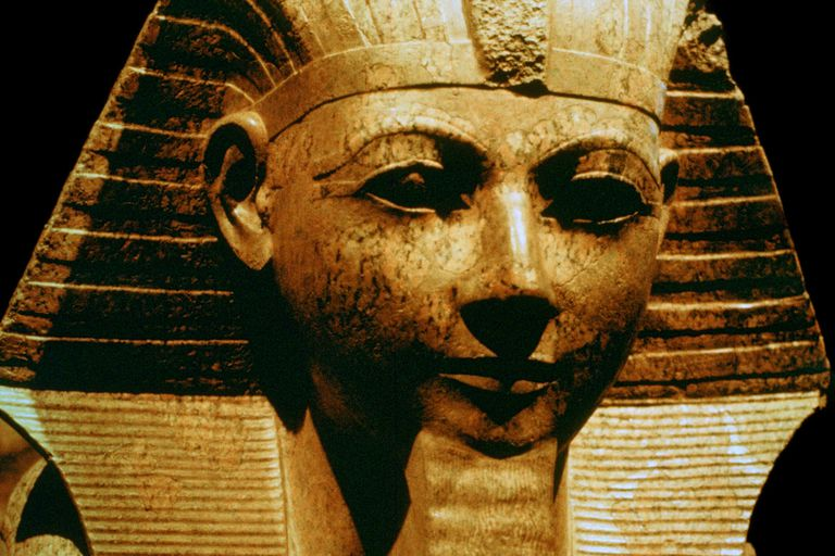 Egyptian sculpture of Hatshepsut with a ceremonial beard