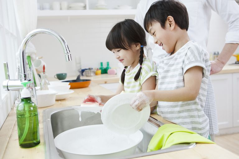 7 year old child development - kids doing dishes
