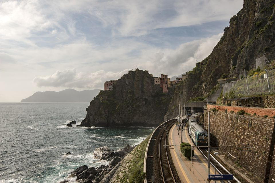 how to get from naples airport to naples train station
